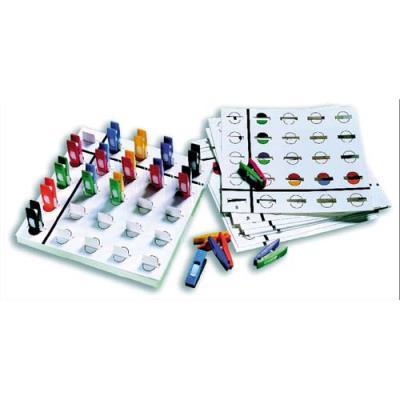 Jeu éducatif composé d'une base de jeu,12 fiches d'exercice évolutives, 36 mini pinces bicolores de 4 cm (photo)