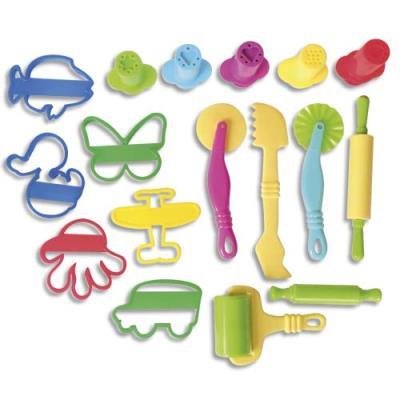 Lot de 17 accessoires de modelages : rouleaux, spatules, emporte-pièces, seringues avec embouts. (photo)