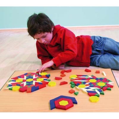 Seau à anse contenant 250 formes géométriques en bois 6 formes 6 couleurs assorties épaisseur 1cm (photo)